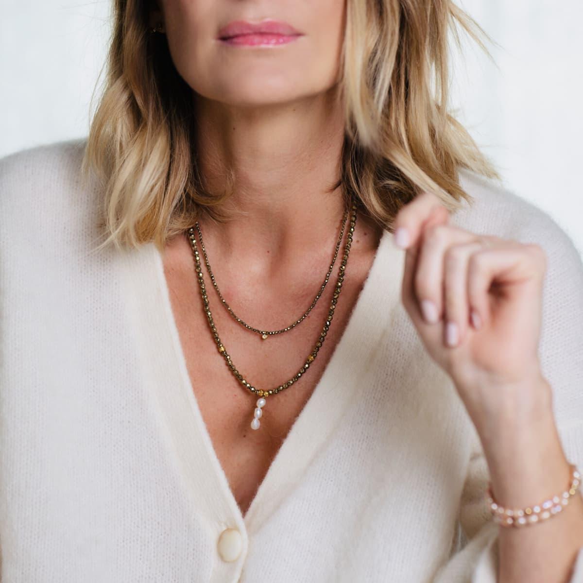 collier femme  Louisette trio perles d'eau douce porté