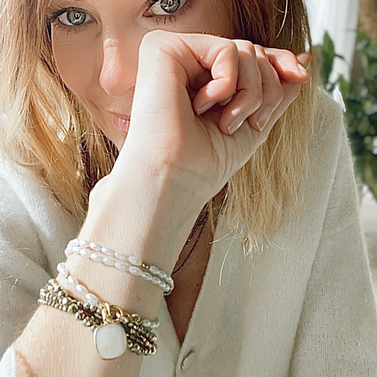 bracelet femme  Angèle mini perle d'eau douce 3 tours porté
